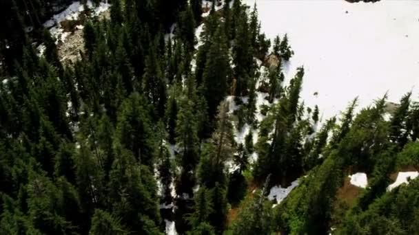 Letecký pohled na zasněžené hory