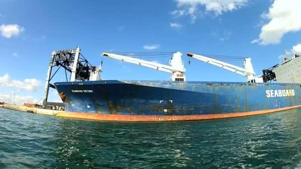 Kontejnerová loď kotví v přístavu
