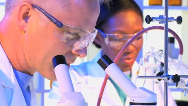 Laboratorní technici provádějící výzkum experimenty