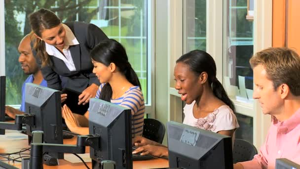 Studenti učí ve třídě s počítači