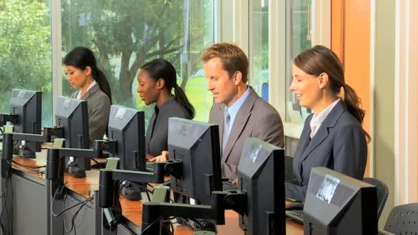 manažerský tým pracující na počítačích