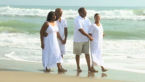 Happy etnickými senioři na pláži dovolenou