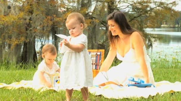 matka s dětmi v parku