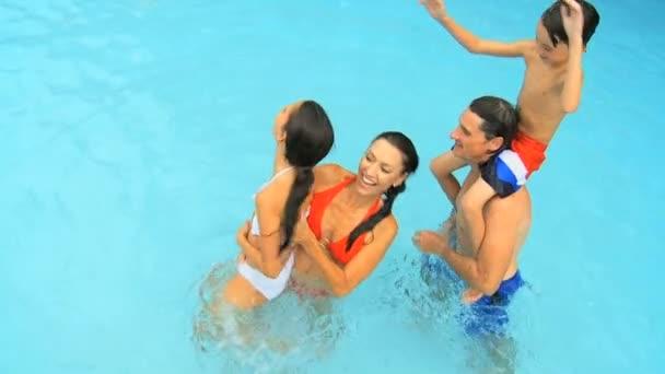 rodina hraje v bazénu