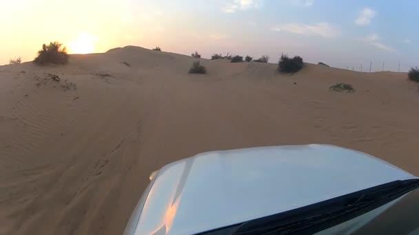 mimo silniční vozidlo na pouštní Duně
