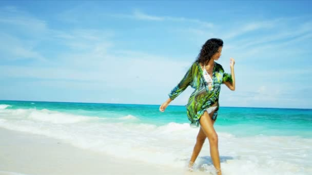 hispánský mladá žena se těší pláže životní styl