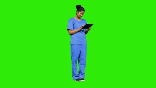 Ženská sestra pomocí digitálních tabletu