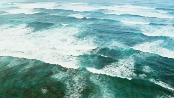 A légi felvétel a óceán hullámai