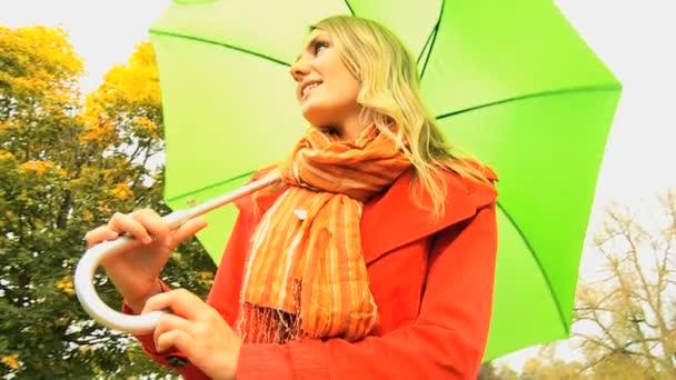 mladá dívka deštník ukrývání od klimatu