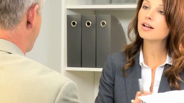 Unternehmer und Unternehmerin mit Treffen im Büro