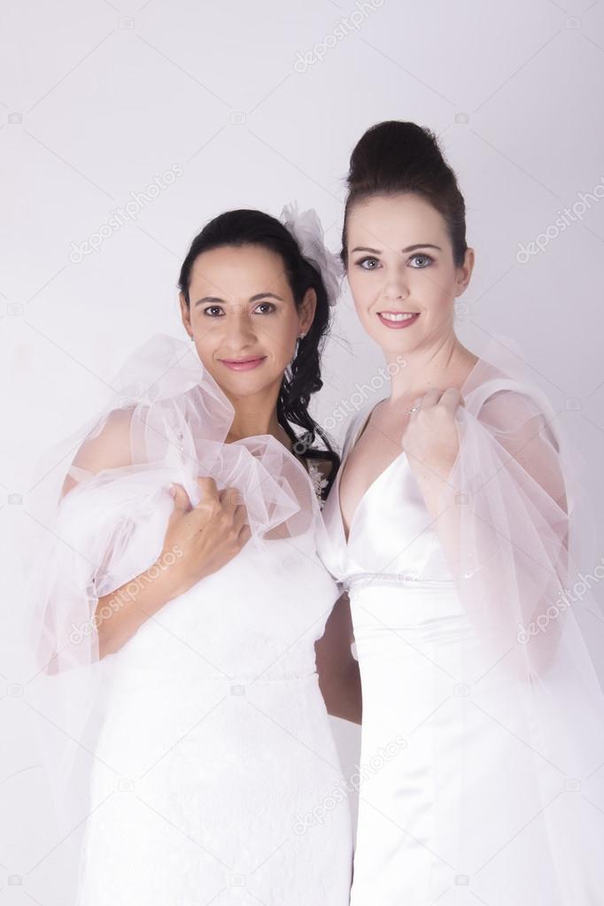 hermosas novias vestir vestidos de novia blanco sonriendo — foto de