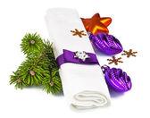 bílý ubrousek s vánoční výzdobou a větvička vánoční strom
