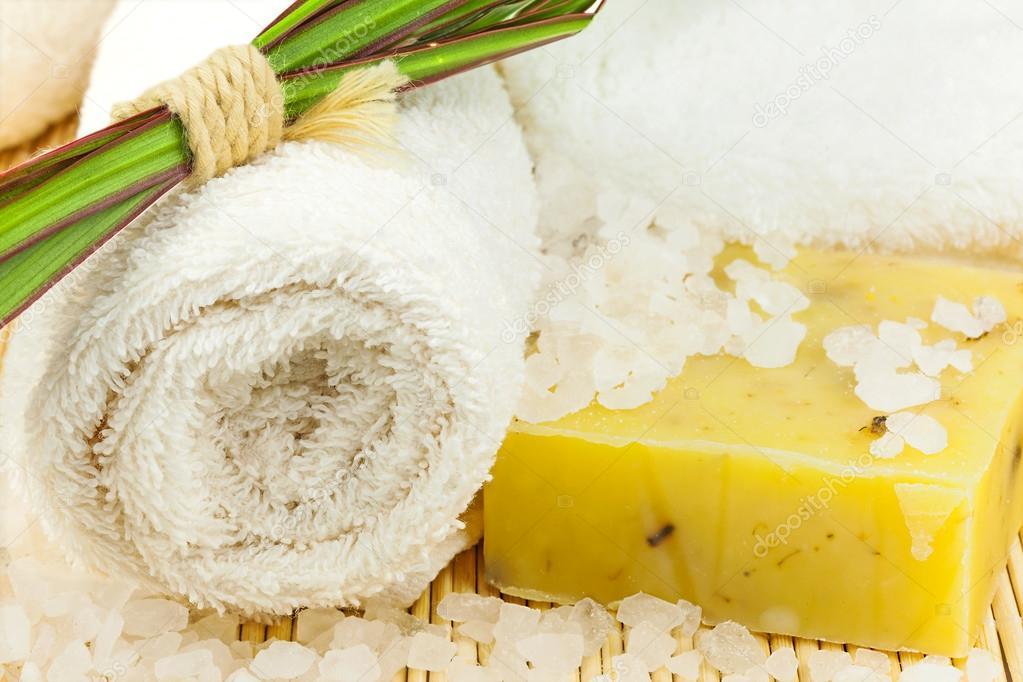 telo da bagno con sale marino sulla stuoia — Foto Stock © olgamark ...