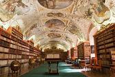 Knihovna, staré knihy, glóby v stragov klášteře České republ