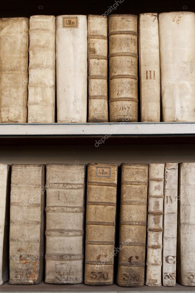 covers van oude oude boeken monuscripts op de planken in de ...