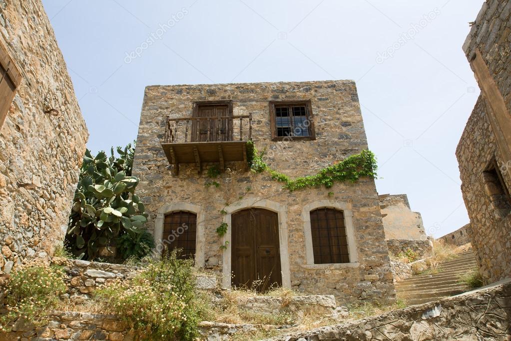 Pittoresca vecchia a due piani abbandonarono sbilenco for Piani casa fienile rustico