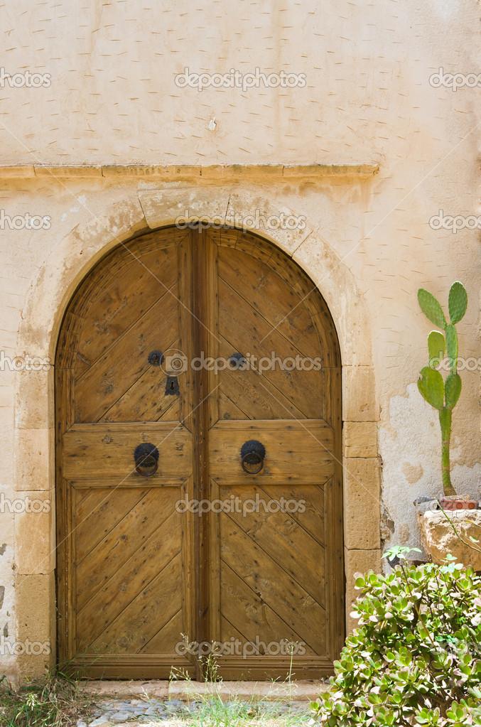 Fabulous porte en bois de style ancien entre dans une - Murs humides maison ancienne ...