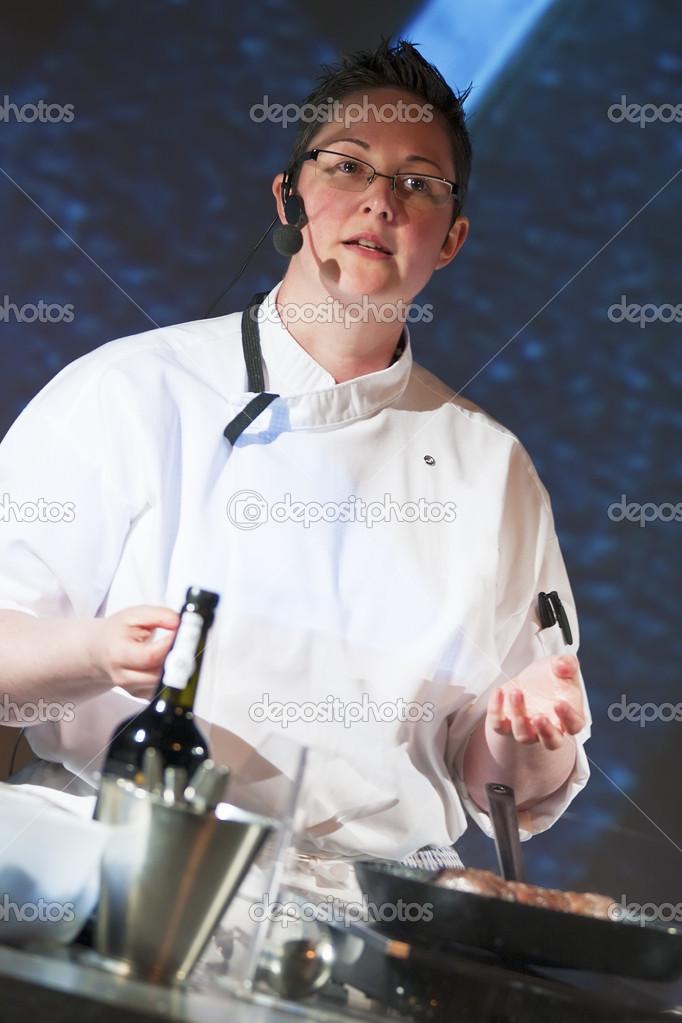 chef en demostración de cocina — Foto de stock ...