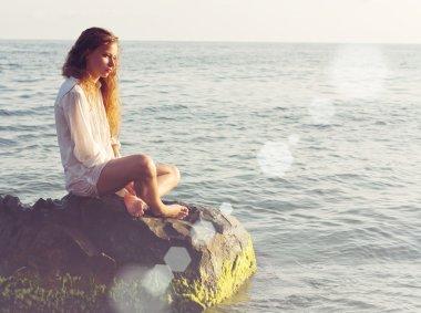"""Картина, постер, плакат, фотообои """"девушка сидит на море рок"""", артикул 42827059"""