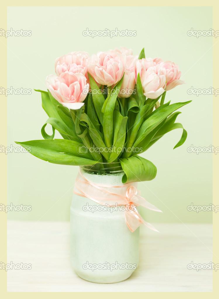 weiße Vase mit einem Blumenstrauß Rosa Tulpen, retro Im Rahmen ...