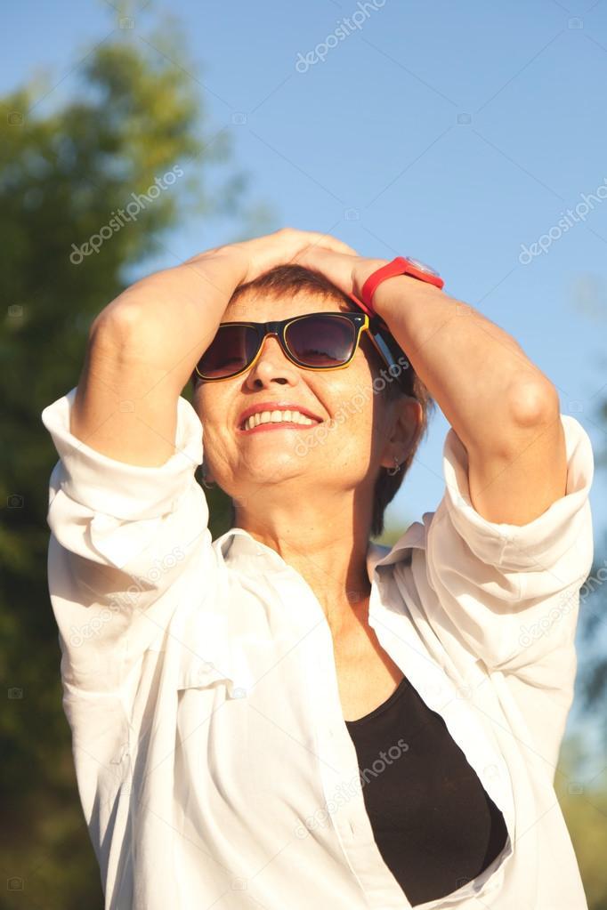 Da Occhiali Sole In Attraente Anni Donna Di 50 qYgXYa