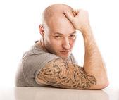 uomo con il tatuaggio