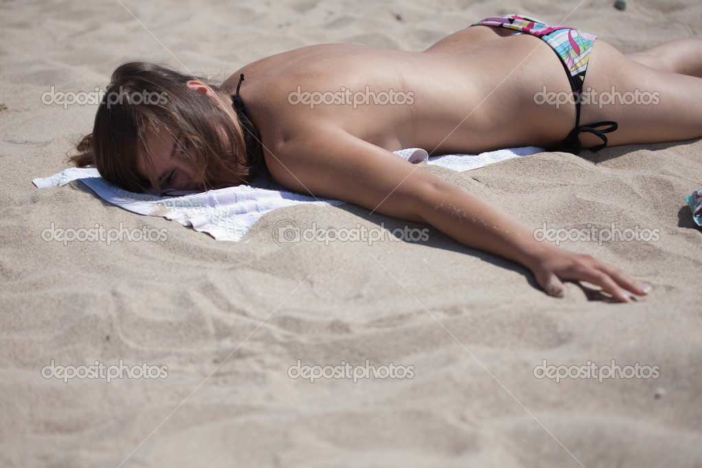 Девушки загорают на пляже