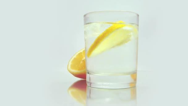 Cool citronový nápoj s ledem