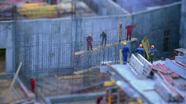 die Arbeit der Bauarbeiter.