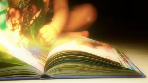 Gyermek egy könyvet olvas. A könyv, a mese és a misztériumok. Magic könyv