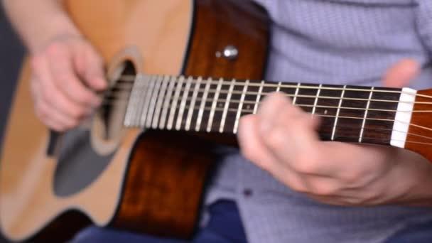 člověk hraje kytara zblízka