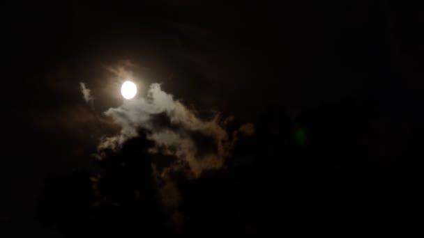 měsíc timelapse s mraky