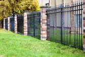 cihel a kovový plot