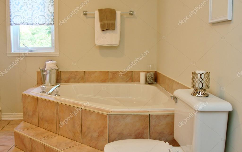 Badkamer Romeinse Stijl : Moderne badkamer met romeinse badkuip u stockfoto nadine