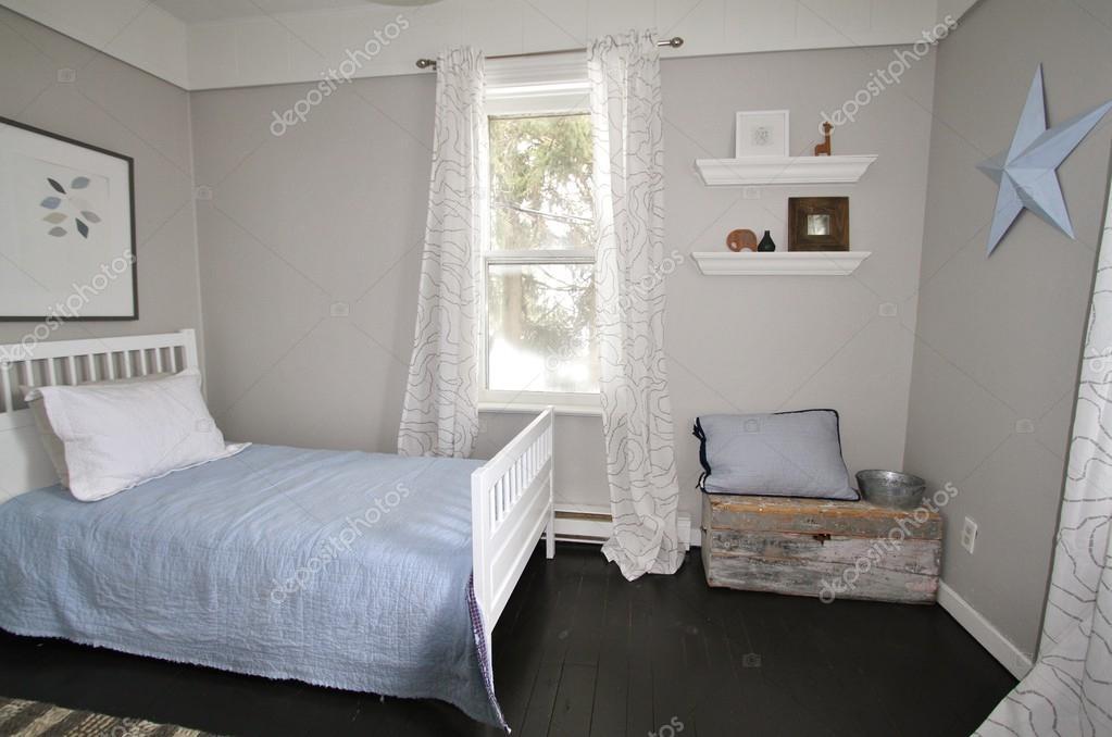 Slaapkamer Zwarte Vloer : Moderne grijs ontwerper slaapkamer met zwarte vloer u stockfoto