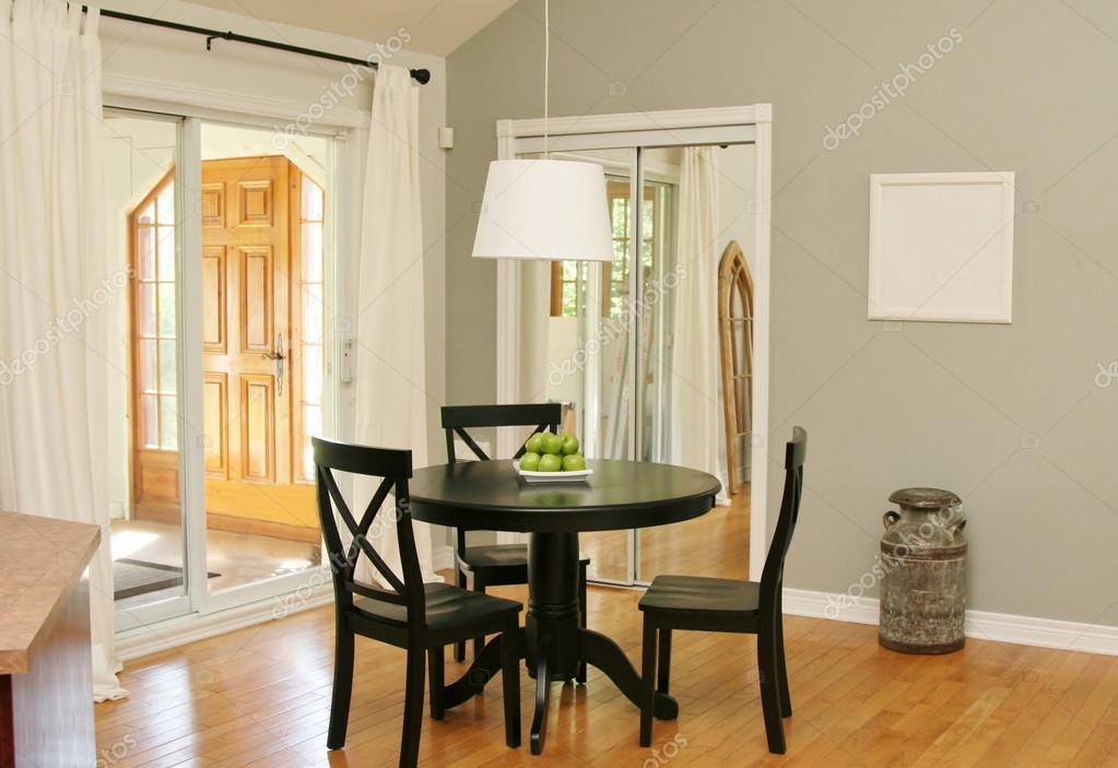 salón comedor con puertas de patio — Fotos de Stock © Nadine123 ...