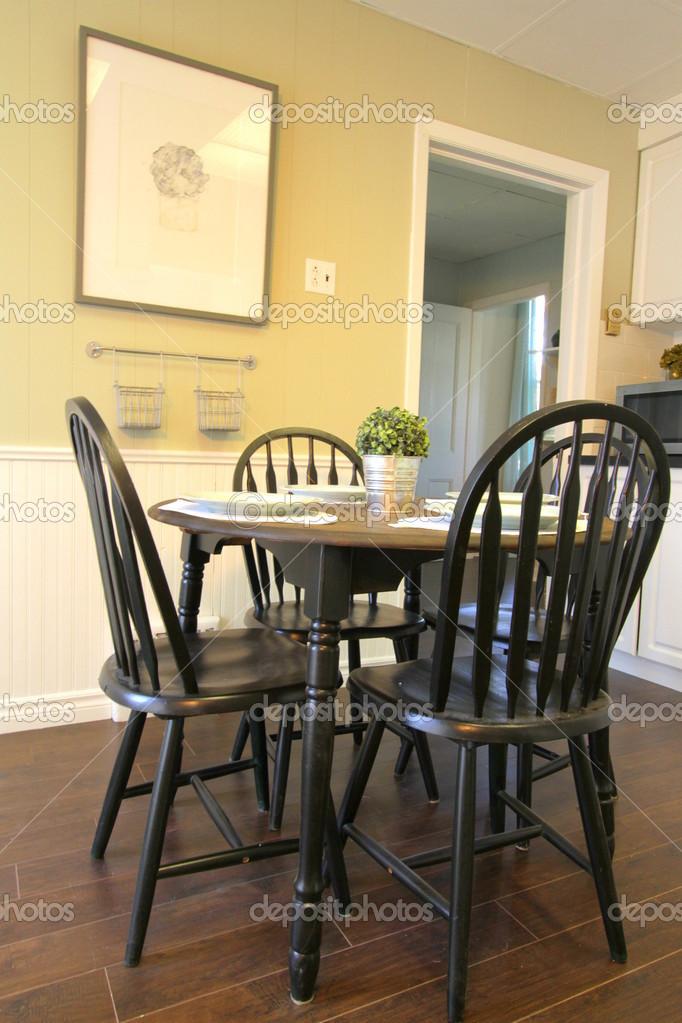 Küche mit weißen Schränke und runder Tisch und Stühle — Stockfoto ...