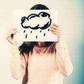 žena držící obrázek s mraky déšť