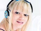 attarctive blonďatá dívka poslechu na sluchátka