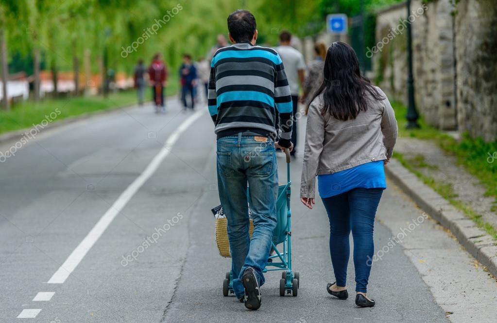 Qué les pasaba| Una pareja paseaba restos humanos en un carrito de bebé