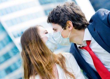Sevgili işçi polluti karşı koruyucu yüz maskesi ile öpüşme