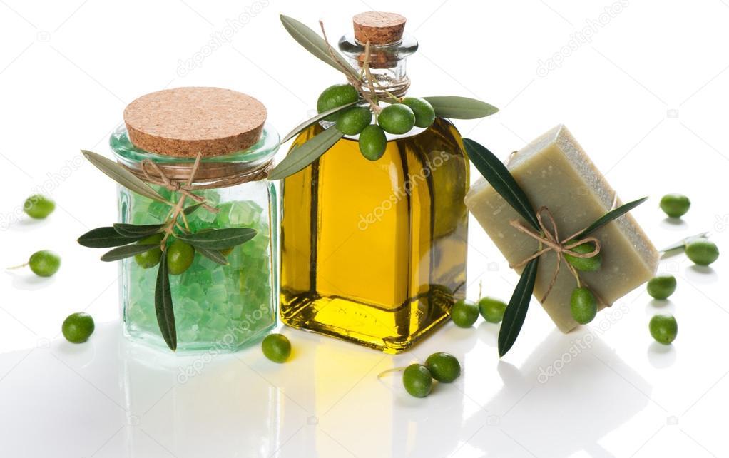 Sapone doliva e sale da bagno e olio con olive verdi u2014 foto stock