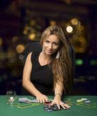 Fotografie Blondes Mädchen in einem Casino spielen Poker, bokeh