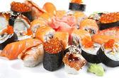 Klasické japonské jídlo sushi na talíři