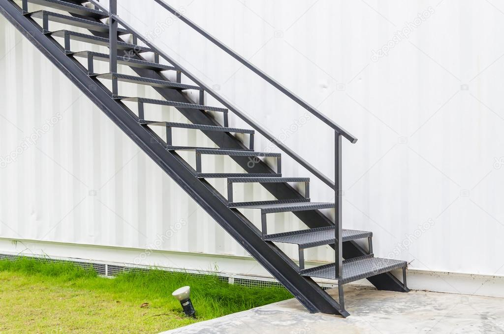 Escalera de metal foto de stock mrsiraphol 33102513 for Escaleras de metal exteriores