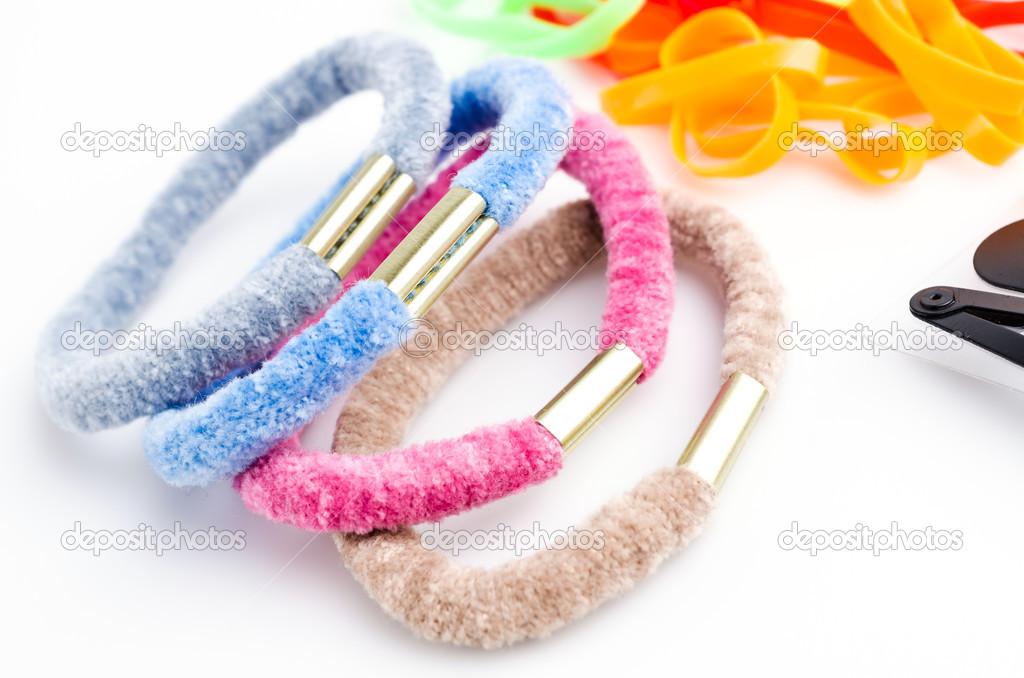 Sponky do vlasů a gumičky na izolované bílém pozadí — Fotografie od ... 37daaddd40