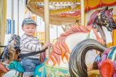 dítě hrající kolotoč koně