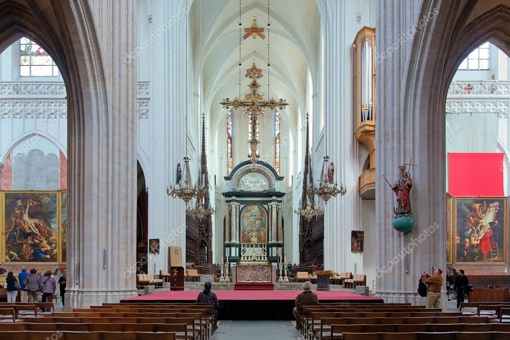 interieur van de kathedraal van onze lieve vrouw in antwerpen belgi stockfoto