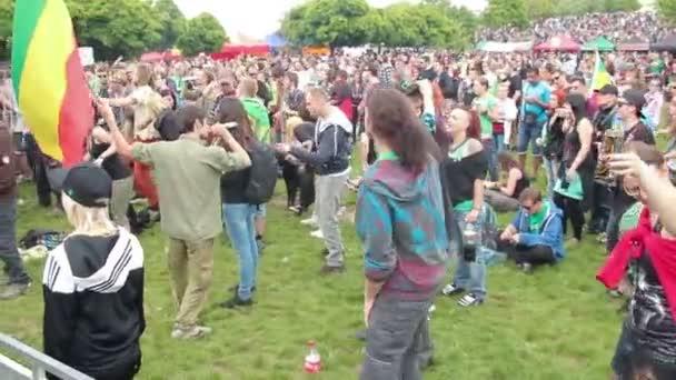 lidé stojící a tančí před hudební scéna