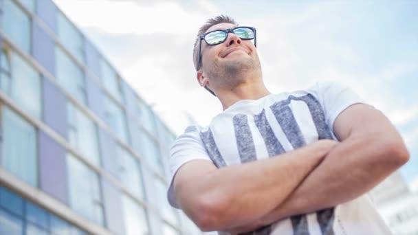 video portrét sebevědomým mužem